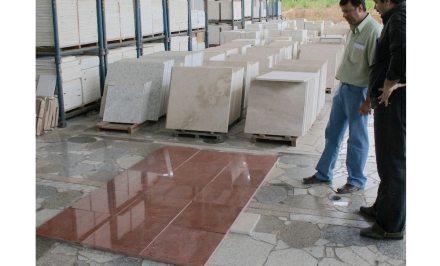 Zu den Tätigkeiten des Fliesenlegers gehört auch das Verlegen von Natursteinplatten.