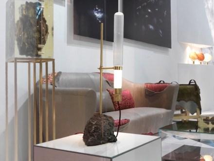 """Lavastein kam auch bei der Lampe """"Kryptal"""" zum Einsatz, deren Wirkung sich aus dem Kontrast des rohen Steins mit der Lichtquelle ergibt, die wie ein wissenschaftliches Gerät aussieht."""