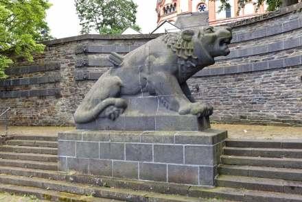 Der Sinziger Löwe, ein Denkmal aus Basaltlava für die Gefallenen der Weltkriege. Die Oberfläche ist gestockt, um das Fell des Tieres nachzuahmen. Foto: Oliver Rockstedt / Wikimedia Commons