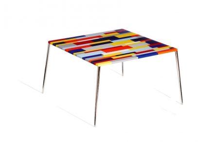 Franco Eccel: Tisch mit Platte aus Engineered Stone.