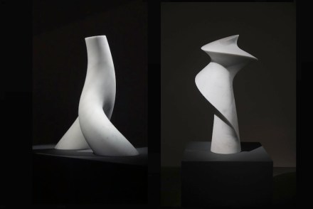"Cynthia Sah: (links) ""Branch In Motion"", Carrara white marble, 51 x 30 x 55 cm, 2016, Foto: Double Square Gallery; (rechts) ""Spinning"", Carrara white marble, 56 x 54 x 107 cm, 2016. Foto: Q. Bertoux"