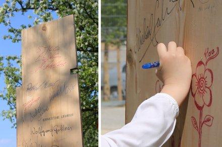 """Ernestine Lehrer, """"Das Totenbrett"""": im Frühbarock wurden Tote vor der Beerdigung auf einfache Bretter gelegt. Solch ein Brett wird hier senkrecht gestellt - die Besucher sind aufgefordert, ihren Namen oder einen Spruch drauf zu schreiben und sich so in Erinnerung zu bringen."""