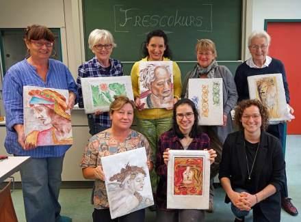 Die Kursteilnehmerinnen mit ihrer Lehrerin Carolin Pfeuffer (rechts vorne). Foto. EFBZ