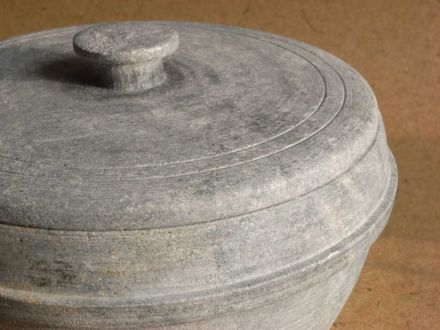 Soapstone pot with lid (after a historic model). Photo: Lysippos / Wikimedia Commons
