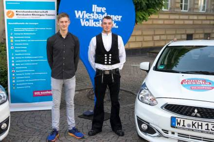 "Steinmetz Dominik Herden (rechts) mit dem anderen ""Junggesellen"" 2017 aus einem anderen Beruf. Foto: Wiesbadener Volksbank eG"