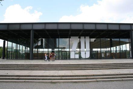 Ankündigung mit Augenzwinkern, dass die Neue Nationalgalerie für eine Weile geschlossen bleibt. Foto: Peter Becker