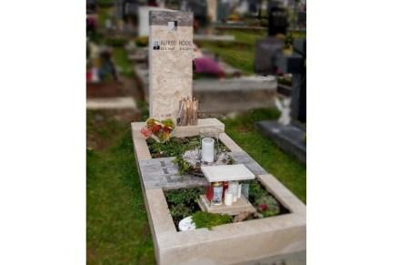 """Ein 2. Preis ging an Steinmetzmeister Erich Trummer aus Gnas, Steiermark, für das """"Grabmal eines jungen Tischlers"""" in Form einer Kombination von Naturstein und Holz."""" in Form einer Kombination von Naturstein und Holz"""