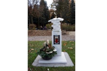 """Eine Anerkennung in der Kategorie B gab es für Steinmetzmeisterin Ernestine Lehrer aus Wippenham, OÖ, für ihr Grabmal """"Rapp"""" mit einem Bücherstapel aus weißem Marmor..."""