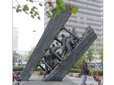 """Die """"Steile Lagerung"""" von Max Kratz (1989) hinter dem Hbf Essen soll an die Mühsal der Bergleute erinnern."""