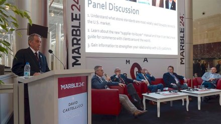 Die Teilnehmer der Podiumsdiskussion auf der Messe Marble in Izmir: (v.l.n.r) David Castellucci (Kenneth Castellucci & Associates, USA), Herwig Callewier (Beltrami Natural Stone, Belgium), James Hogan (Carrara Marble Company of America, USA), Ali Abdel Kader (Egy-Mar, Egypt), Bruce Knaphus (Kepco+, USA) und Can Öztürk (CSI Code Impex LLC, USA-Turkey).