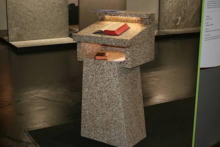 """Präsentation """"Unser Naturstein"""": Rednerpult/Ambo, <a href=""""https://www.vates.de/""""target=""""_blank"""">Granitwerk Vates</a>."""
