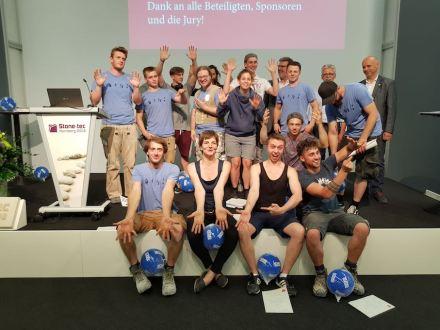 Die Teilnehmer des Wettbewerbs, in der vorderen Reihe die Preisträger.