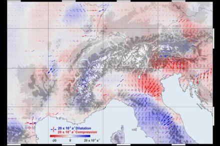 Aus den GPS-Daten abgeleitetes horizontales Spannungsfeld: In roten Bereichen tritt eine Kompression auf, in blauen eine Dehnung. Bild: DGFI-TUM