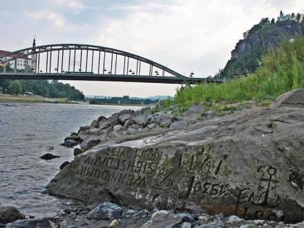 Hungerstein in der Elbe bei Děčín. Foto: Norbert Kaiser / Wikimedia Commons