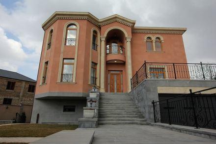 Façade with elements in Noyemberyan felsite.