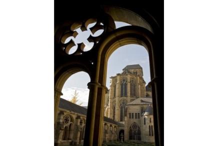 Der aus dem 13. Jh. stammende Kreuzgang in Trier verbindet den Dom und die Liebfrauenkirche. Diese repräsentiert einerseits die Verbindung zum europäischen Ausland, anderseits die Anbindung an frühere architektonische Stile. Foto: Trier Tourismus und Marketing GmbH
