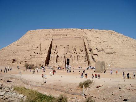 Der Ramses-Tempel von Abu Simbel am neuen Standort. Foto: Olaf Tausch / Wikimedia Commons