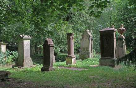 """Grabmale auf dem Alten Friedhof in Pirmasens, im Hintergrund rechts die beiden ältesten. Foto: Gerd Eichmann / <a href=""""https://commons.wikimedia.org/wiki/File:Pirmasens-Alter_Friedhof-21-Grabdenkmale-gje.jpg""""target=""""_blank"""">Wikimedia Commons</a>"""