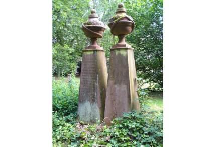 """Die beiden ältesten Gräber aus dem Jahr 1763 für 2 gefallene preußische Offiziere. Foto: Kumbalan / <a href=""""https://commons.wikimedia.org/wiki/File:Gr%C3%A4ber_Pirmasens_1793.JPG""""target=""""_blank"""">Wikimedia Commons</a>"""