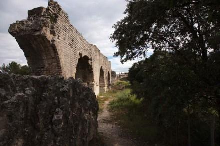 """Ein Aquädukt brachte das Wasser zu den Mühlenwerken von Barbegal. Foto: GFDL / <a href=""""https://commons.wikimedia.org/""""target=""""_blank"""">Wikimedia Commons</a>"""
