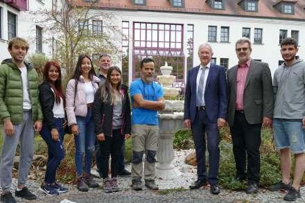 Begrüßung durch Landrat Dr. Karl Döhler (3.v.r.): die türkischen Studenten mit ihrem Lehrer Tamer Ersoy (4.v.r.) und EFBZ-Chef Erwin Hornauer (2.v.r.).