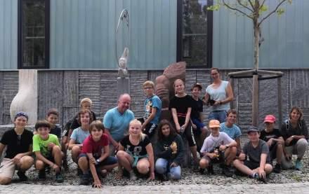 Die Schülerinnen und Schüler des Gymnasiums im bayerischen Penzberg zusammen mit Lehrer Fritz Janocha und einer Lehrerin.