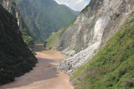 Hohe Erosionsraten in Gebirgen verringern jedoch die biologische Vielfalt, weil dadurch Lebensräume verlorengehen. Hier ein Erdrutsch in den Hengduan-Bergen in Südwestchina. Foto: Susanne Fritz