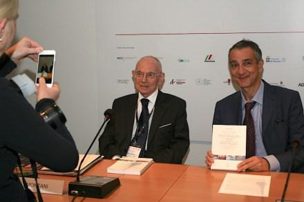 Dr. Carlo Montani (links). Rechts neben ihm Daniele Canali, Verlagschef von Aldus Casa di Edizioni.