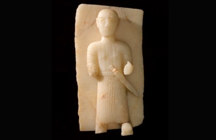 Stele representing a man with dagger, 1st–3rd century BCE, Calcite alabaster, 57 × 30 cm, Qaryat al-Faw, Riyadh, Department of Archaeology Museum, King Saud University.