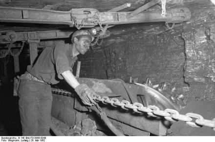 "Bergmann bei der Arbeit unter Tage. Foto: Ludwig Bergmann / <a href=""https://commons.wikimedia.org/""target=""_blank"">Wikimedia Commons</a> / Bundesarchiv"