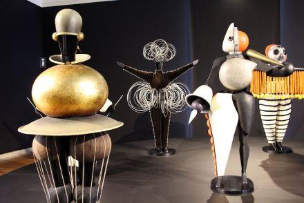 Figurinen aus dem Triadischen Ballett von Oaskar Schlemmer in der Neuen Staatsgalerie Stuttgart. Foto: Fred Romeiro / Wikimedia Commons