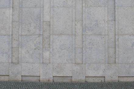 Fassadendetail an den Empfangsgebäuden.