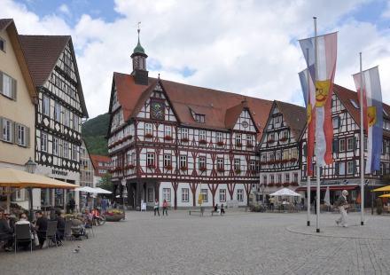 Bad Urach, Marktplatz mit Rathaus.