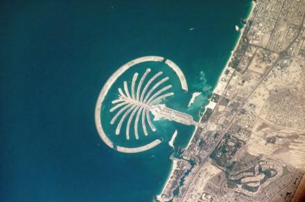 """Die künstliche Insel Palm Jumeirah in Dubai, fotografiert 2005 von der Internationalen Raumstation aus. Foto: Nasa / Die künstliche Insel Palm Jumeirah in Dubai, fotografiert 2005 von der Internationalen Raumstation aus. Foto: Nasa / <a href=""""https://commons.wikimedia.org/""""target=""""_blank"""">Wikimedia Commons</a>"""