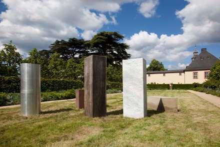 """Alicja Kwade, """"Wächter (Anschauungsvorstellung)"""" 2013, Marmor, Eiche, Sandstein, Rosengranit, Aluminium."""