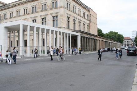 Stüler's old colonnade was prolongated with the modern pillars. Photo: Peter Becker