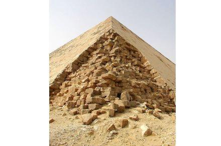 "Eine Ecke der Knickpyramide. Foto: Jon Bodsworth / <a href=""https://commons.wikimedia.org/""target=""_blank"">Wikimedia Commons</a>"