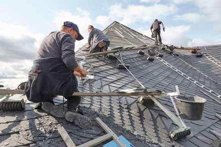 Großes Schloss Blankenburg, Handwerker bei der Dachsanierung. Fotos: Roland Rossner /Deutsche Stiftung Denkmalschutz