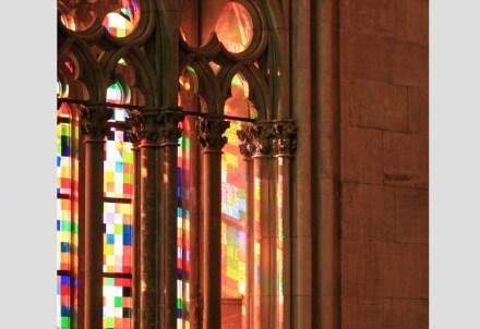 Im so genannten Richterfenster im Kölner Dom verbinden sich moderne Glaskunst nach dem Entwurf des Künstlers Gerhard Richter mit dem gotischen Maßwerk. Foto: Laura Haverkamp, Deutsche Stiftung Denkmalschutz
