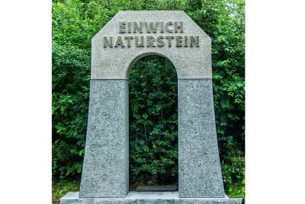 Einwich, Johannes: Eingangsportal, Kopfstück: Flossenbürger Granit, Pfeiler: Kösseine Granit, L x B x H in cm: 183 x 40 x 102,5 (Kopfstück).