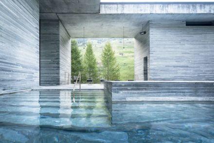 """Ein bekanntes Beispiel für die Verwendung von Naturstein in Thermalbädern ist die Therme Vals von Architekt Peter Zumthor. Foto: <a href=""""https://vals.ch/erleben/erholung/therme-vals/""""target=""""_blank"""">Therme Vals</a>"""