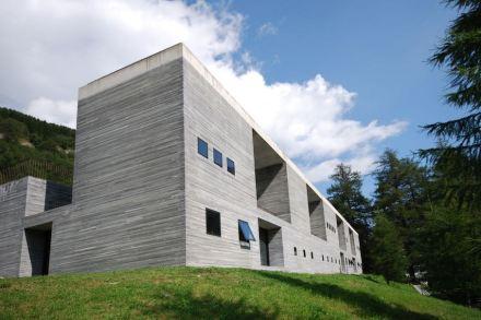 """Peter Zumthor hat für die Therme Vals den Valser Quarzit der Firma Truffer auch für die Außenwände verwendet. Foto: Micha L. Rieser / <a href=""""https://commons.wikimedia.org/""""target=""""_blank"""">Wikimedia Commons</a>"""