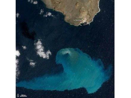 """Die Aktivitäten von Unterwasser-Vulkanen zeigen sich oft nicht an der Oberfläche der Ozeane. Hier ein Foto etwa 4 Monate nach einem Ausbruch eines Vulkans vor der spanischen Insel El Hierro im Jahr 2011. Vom Satelliten aus ist die Verfärbung des Wassers deutlich zu sehen. Foto: NASA / <a href=""""https://commons.wikimedia.org/""""target=""""_blank"""">Wikimedia Commons</a>"""
