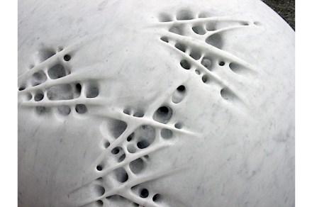 "Sibylle Pasche: ""Riflesso di Stele"", Marmor Bianco Carrara, 50 x 80 x 80 cm."