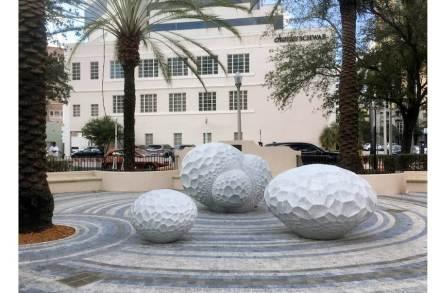 "Sibylle Pasche: ""Coral Forrest"", Marmor Bianco Carrara, 160 x 225 x 195 cm, 120 x 185 x 170 cm, 80 x 120 x 105."