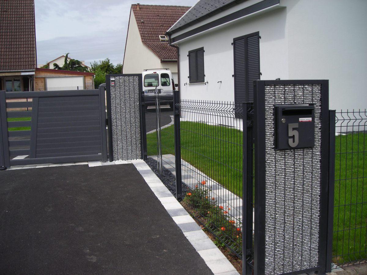 PIllier de boite à lettres avec Gabion et grillage clôture en bordure de maison