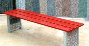 Banc rouge de la gamme mobilier urbain de Courtet Polycomm