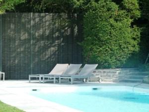 Panneaux modulaires au bord de la piscine