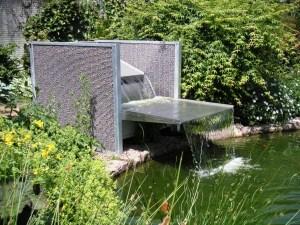 Fontaine design et contemporaine avec panneaux gabions