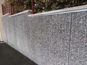 Parement mur exterieur avec grillage et cailloux